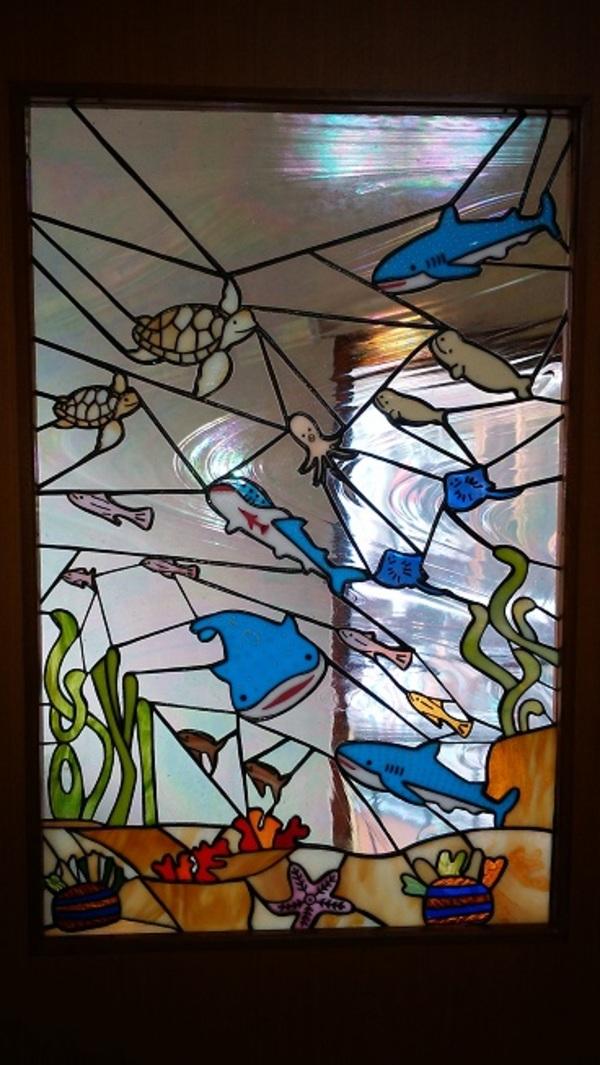 ステンドグラス:吉兆の亀(海の中)