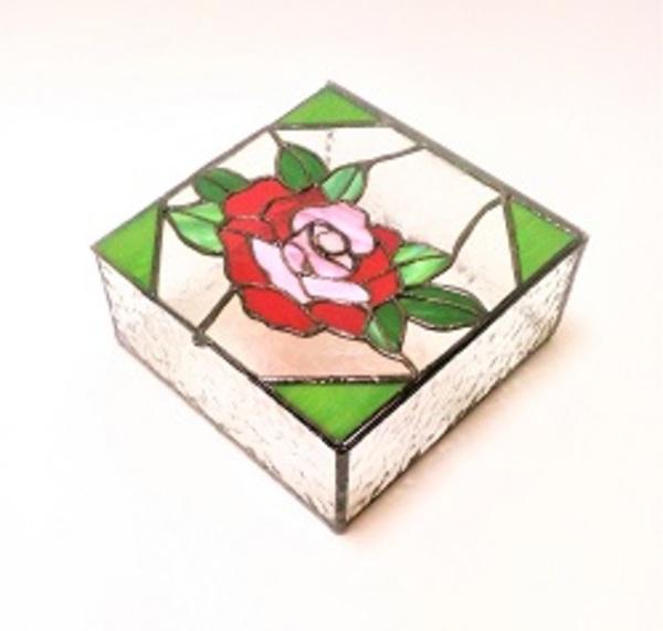 ステンドグラスの宝石箱のサムネイル