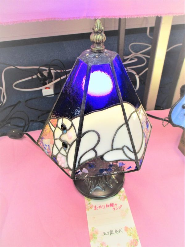 (85)  まったり白猫のランプ  :制作 五十嵐房代 さんのサムネイル