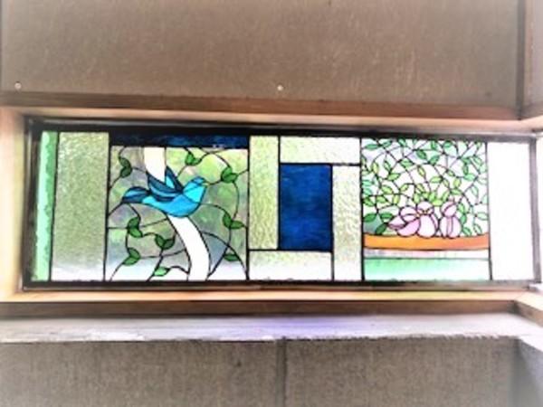 窓に入ったステンドグラスの鳥